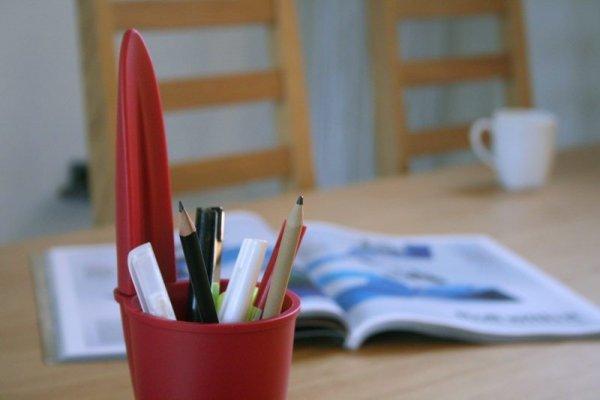 J-me Lid Pojemnik na Długopisy Design z UK - Czerwony