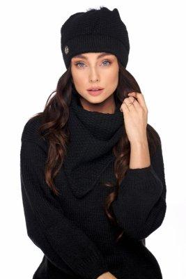 Czapka z futerkowym pomponem i szalik o kroju chusty LC132 czarny