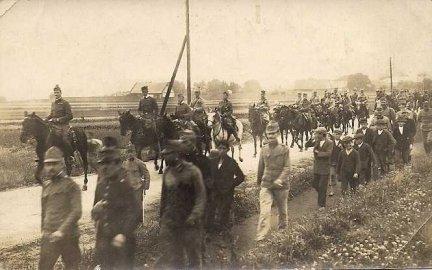 [I WOJNA światowa - przemarsz oddziału kawalerii austriackiej w Ołomuńcu]. 17 V 1916. Fotografia form. 7,1x11,4 cm nieznanego autorstwa.