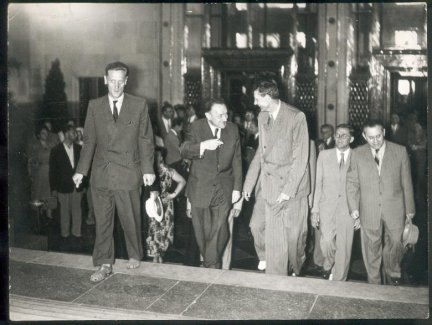 NOWOSIELSKI Antoni — [Bolesław Bierut w otoczeniu towarzyszy]. [przed 1956]. Fotografia form. 18x24 cm.