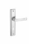 Klamka ARIA do drzwi wewnętrznych na szyldzie długim na klucz KAR_311A