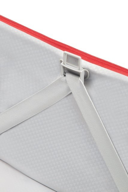 Bagaż posiada mocowania na pasy spinające, co umożliwia szybkie i wygodne pakowanie