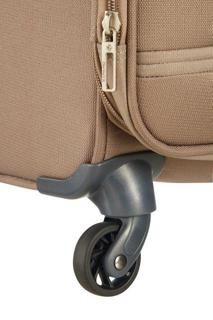 Bgaż posiada cztery obrotowe koła, co umożliwia wygodne prowadzenie bagażu w każdym kierunkua