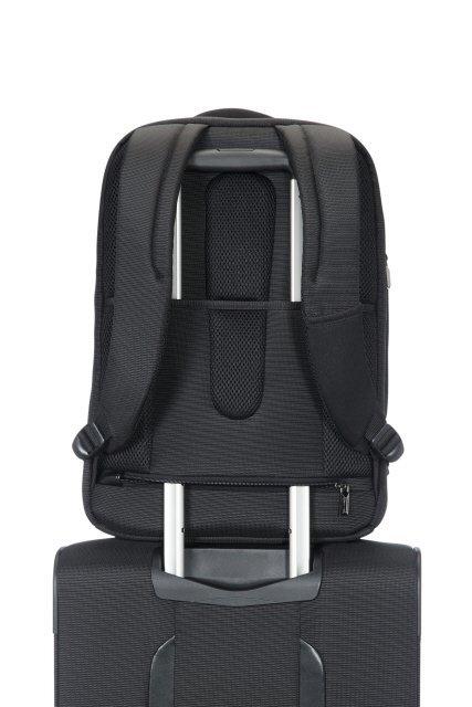 Plecak posiada tunel umożliwiający nałożenie go na stelaż innego bagażu
