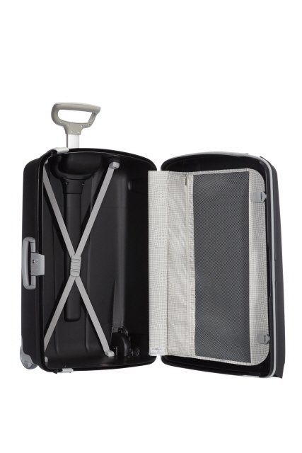 Bagaż dzielony na dwie części. Z jednej pajączek przytrzymujący ubrania, z drugiej strony przekładka przytrzymująca ubrania