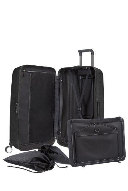 Wewnątrz bagażu worki na obuwie, wieszak z odpinanym pokrowcem na koszule