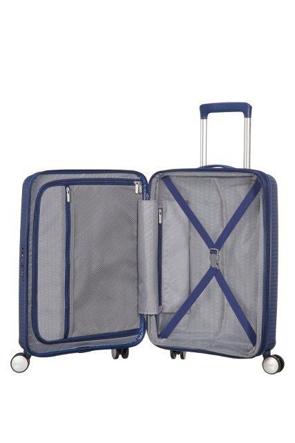 Bagaż dzieli się na dwie części. Jedna zamykana na suwak wraz z kieszenią, w drugiej cześci taśmy przytrzymujące  ubrania
