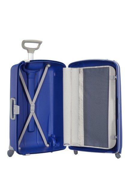 Bagaż dzielony na dwie części. Z jednej strony pajączek przytrzymujący ubrania, z drugiej strony przekładka przytrzymująca ubrania