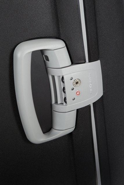 Z boku bagażu znajduje się rączka z wbudowanym zamkiem szyfrowym z systemem TSA