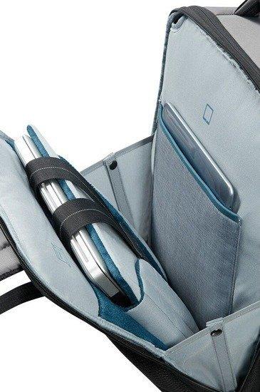 Tylna komora z miejscem na laptopa, które można dopasować do wielkości laptopa oraz z miejscem na tablet. Plecak jest przyjazny odprawie