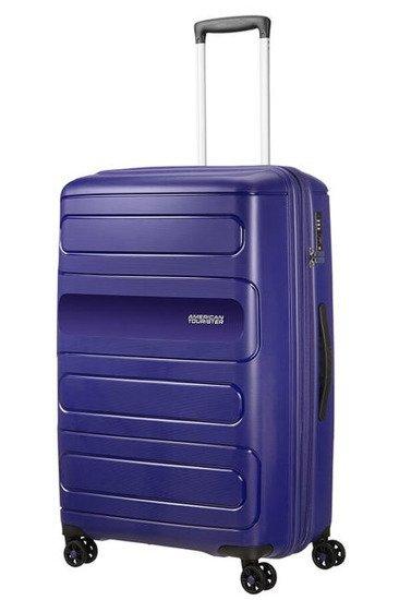 Bagaż Sunside 77 cm Bagaż wewnątrz posiada dwie komory do pakowania. Jedna komora zapinana na suwak, druga z pasami krzyzowymi do przytrzymania ubrań