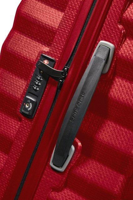 Bagaz posiada zamek szyfrowy z systemem TSA oraz boczny uchwyt