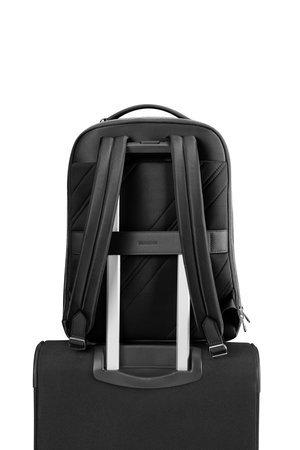 Plecak na tyle posiada  pas ( tunel) dzięki, któremu możemy go nałożyć na stelaż bagażu