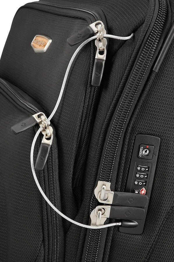 Bagaż posiada zamek głowny szyfrowy z systemem TSA oraz metalową linką do zapięcia wszystkich zewnętrznych kieszeni do głownego zamka szyfrowego