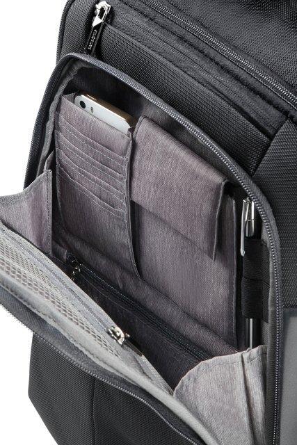 Plecak z przodu posiada kieszń organizacyją