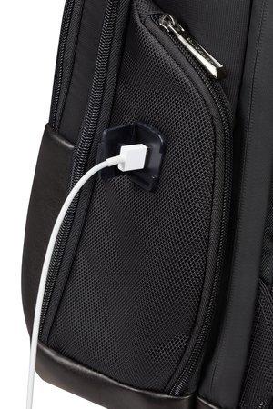 Plecak posiada port USB oraz wewnątrz miejsce na powerbank