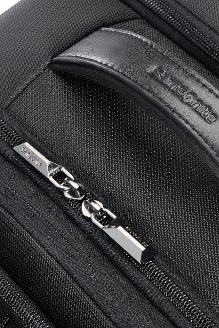 Plecak posiada u góry uchwyt neoprenowy połączony z ekoskórą