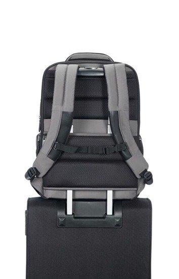 Plecak posiada tunel dzięki, któremu można nałożyć go na stelaż bagażu. Posiada również zapięcie piersiowe odciążające kręgosłup