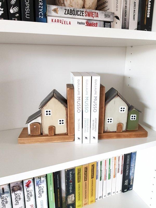 Drewniana podpórka na książki domek z białą dostawką LEWA