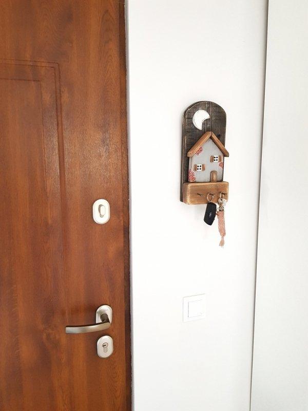 Drewniany wieszak na klucze domek z cegłą