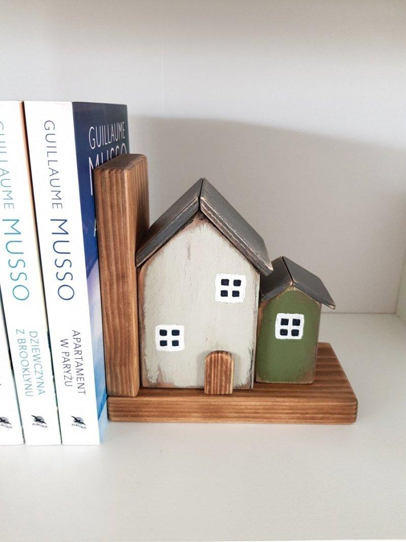 Drewniana podpórka na książki domek z zieloną dostawką PRAWA