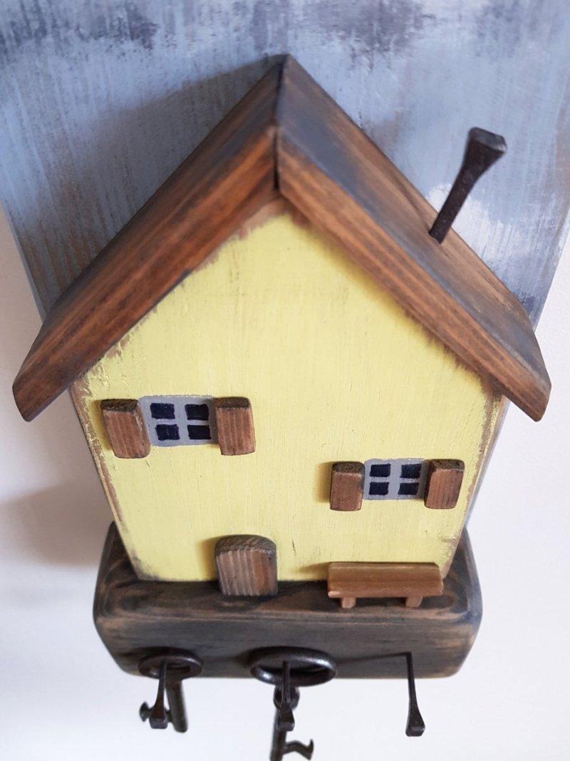 Drewniany wieszak na klucze domek żółty z ławeczką