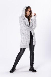 sweter z kapturem i warkoczowym splotem