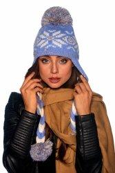 Czapka w zimowe wzory z warkoczami i pomponami LC115 błękitny