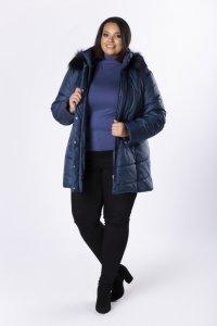 pikowany płaszcz z kapturem obszytym futerkiem
