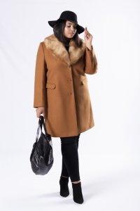 klasyczny płaszcz z futerkową etolą przy kołnierzu