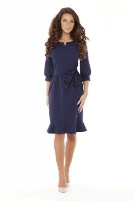 Sukienka o kroju a'la syrenka o długości do kolan z falbaną u dołu i rękawem 3/4 wiązana w pasie