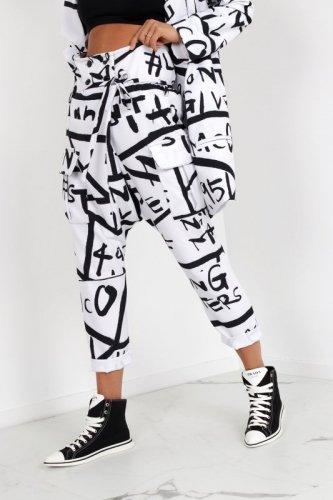 spodnie w print z opuszczonym krokiem