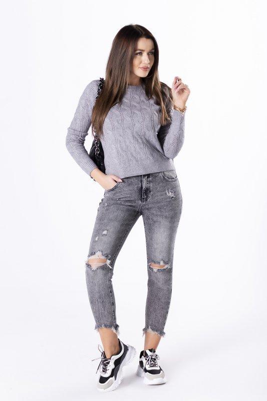 krótki sweter z warkoczowym splotem