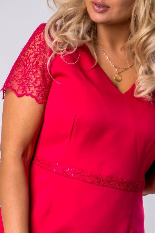 ołówkowa sukienka z gipiurową wstawką na ramionach i plecach oraz asymetrycznym dołem