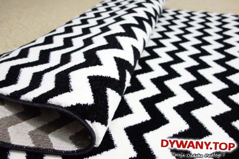 dywan w czarne zygzaki