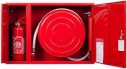 Hydrant wewnętrzny z miejscem na gaśnice obok z  wężem półsztywnym 25/20+G zawieszany czerwony