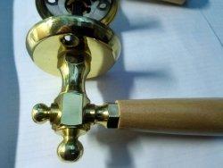 Klamka drzwiowa mosiądz-drewno jasne