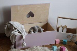 Drewniana skrzynia na zabawki SERCE
