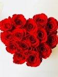 Czerwone wieczne róze w małym boxe heart