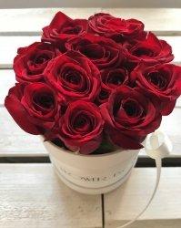 Czerwone żywe ŚWIEŻE róże w małym białym boxie