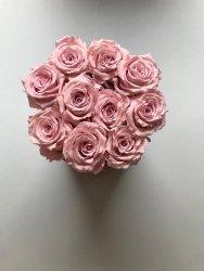 Różowe żywe WIECZNE róże w małym  różowym boxie XS