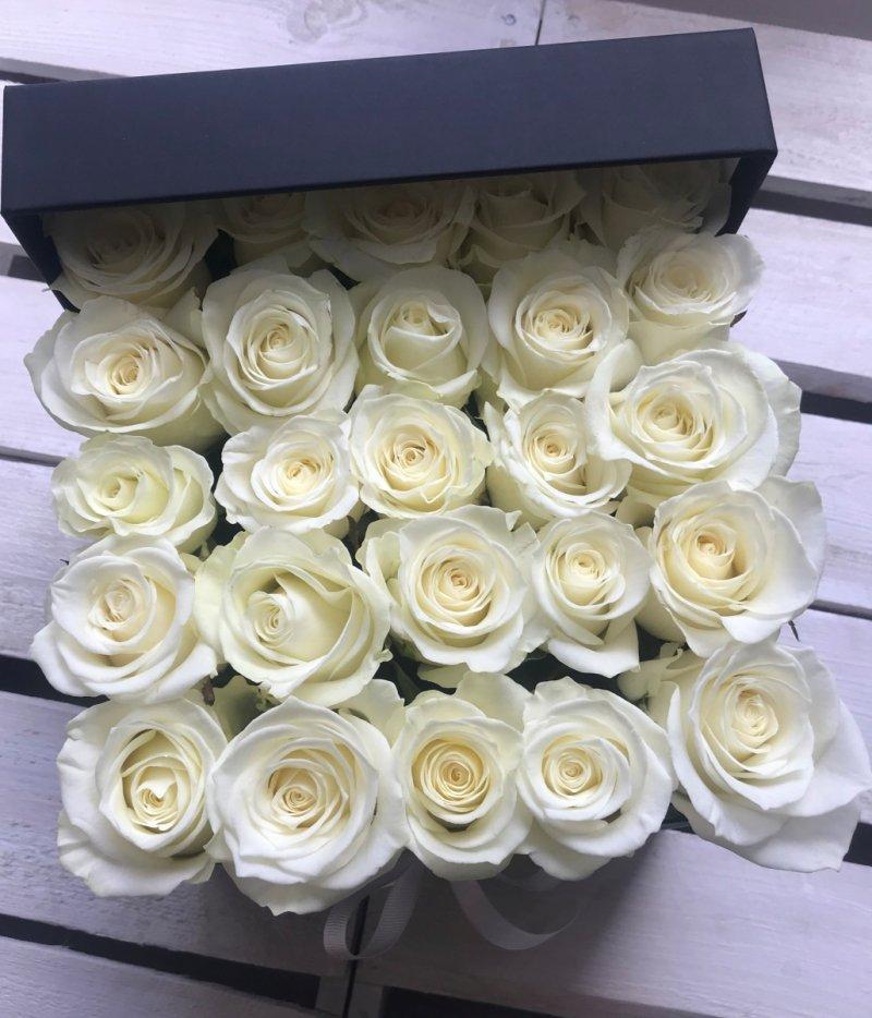 Białe żywe ŚWIEŻE róże w kwadratowym czarnym boxie