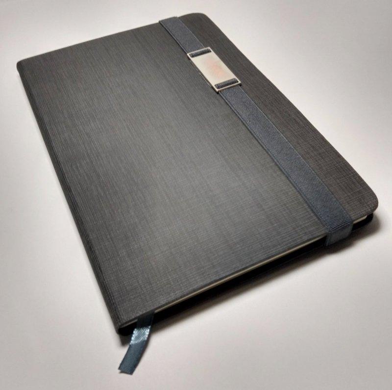 Notes A5 z długopisem zamykany na gumkę z blaszką - papier chamois w kratkę oprawa EKOSKÓRA LINEN szara (gumka szara)