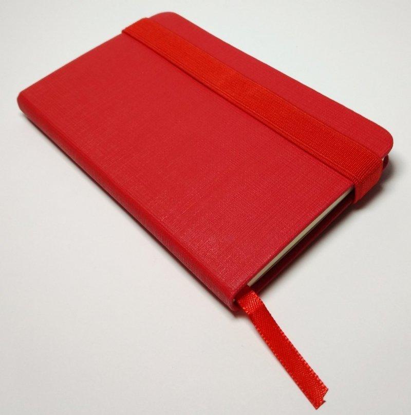 Notes A6 z długopisem zamykany na gumkę - papier chamois w linie oprawa EKOSKÓRA LINEN czerwona (gumka czerwona) Z NADRUKIEM