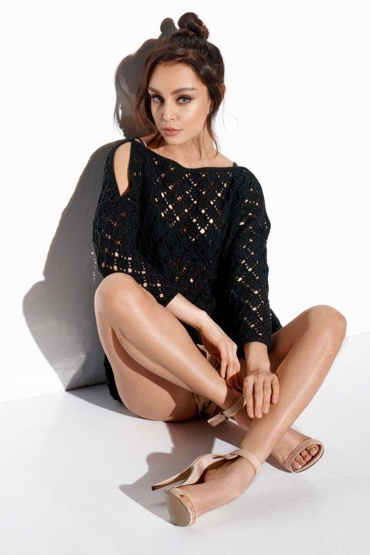Ażurowy sweter z odkrytymi ramionami -StreetStyle -LS286 - czarny