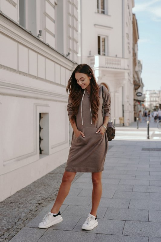 Swetrowa sukienka sportowa z kieszenią -  LSG132 - capucino-1