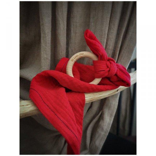 Muślinowa przytulanka dou dou z drewnianym gryzakiem w kolorze truskawkowym
