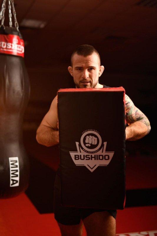 Duża profesjonalna tarcza treningowa przeznaczona do treningu kopnięć firmy DBX BUSHIDO