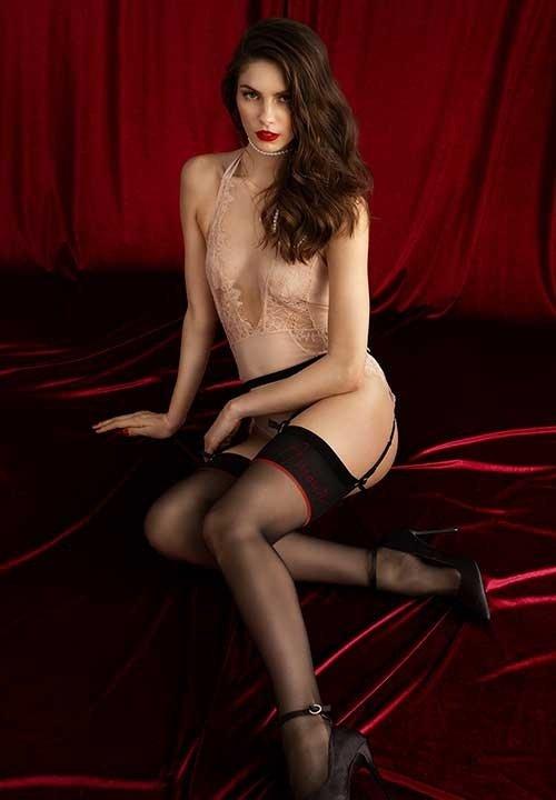 AMANTE czarne pończochy do pasa z czerwonym napisem Amour, Premium