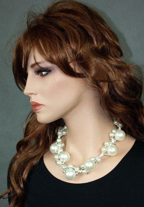 PEREŁKOWOŚĆ białe perły na sznurku, krótki naszyjnik